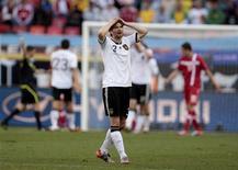<p>Футболист сборной Германии Арне Фридрих после поражения в матче против команды Сербии, 18 июня 2010 года. Сборная Сербии по футболу выиграла у уверенно стартовавшей на чемпионате мира в ЮАР Германии с минимальным счетом 1-0. REUTERS/Ina Fassbender</p>