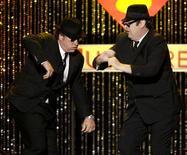 """<p>Jim Belushi (esq) e Dan Aykroyd se apresentam como os Blue Brothers durante jantar em homenagem a Aretha Franklin em 2008. Os atores finalmente receberam do Vaticano um reconhecimento da sua """"missão divina."""" 08/02/2008 REUTERS/Danny Moloshok</p>"""