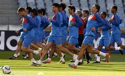 <p>Игроки сборной Португалии на тренировке в Кейптауне 20 июня 2010 года. Сборная Португалии сыграет с командой Северной Кореи во втором матче группы G на чемпионате мира в ЮАР в понедельник. REUTERS/Jose Manuel Ribeiro</p>
