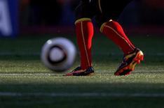 <p>Игрок сборной Ганы Ли Эдди передает мяч во время тернировки в Рустенбурге 18 июня 2010 года. REUTERS/Marcos Brindicci</p>