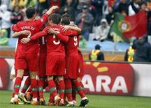 <p>Игроки сборной Португалии радуются голу, забитому в ворота Северной Кореи, в Кейптауне 21 июня 2010 года. Сборная Северной Кореи потерпела сокрушительное поражение от команды Португалии со счетом 0:7 на чемпионате мира в ЮАР, не оставив и следа от хорошего впечатления, которое азиатские футболисты оставили после первой игры с командой Бразилии. REUTERS/Jose Manuel Ribeiro</p>