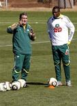 <p>Técnico da seleção sul-africana, Carlos Alberto Parreira (esq) fala com o capitão Aaron Mokoena, durante sessão de treino. Parreira apostou no triunfo da seleção brasileira na Copa do Mundo nesta segunda-feira. 18/06/2010 REUTERS/Thomas Mukoya</p>