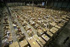 <p>Foto de archivo de la distribuidora de la compañía Amazon en Milton Keynes, Inglaterra, nov 17 2006. Amazon.com Inc y Barnes & Noble Inc redujeron el lunes los precios de sus lectores electrónicos, en respuesta a una mayor competencia en el mercado y al éxito del iPad. REUTERS/Dylan Martinez</p>