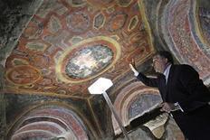 <p>El profesor Fabrizio Bisconti muestra una pintura dentro de la catacumba de San Tecla, en Roma. Jun 22 2010. Arqueólogos y restauradores de arte usando una nueva tecnología láser han descubierto lo que ellos creen son las pinturas más antiguas de los rostros de los apóstoles de Jesucristo. REUTERS/Tony Gentile</p>