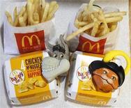 """<p>Foto de archivo de dos Cajita Feliz de McDonald's con juguetes alusivos a la película """"Shrek Forever After"""", jun 22 2010. Un grupo de consumidores quiere que McDonald's Corp deje de incluir juguetes en su Cajita Feliz para atraer a los niños a la mayor cadena de restaurantes del mundo, y amenazó con demandar a la firma si no cumplía con el pedido en 30 días. REUTERS/Mario Anzuoni</p>"""