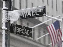 <p>Foto de archivo de los letreros de las calles Broad y Wall en el distrito financiero de Nueva York, feb 10 2010. Un antiguo letrero que marcó la intersección de las calles Broad y Wall, centro de hechos históricos que se remotan a la década 1920, alcanzó los 116.500 dólares en una subasta, dijo el martes la casa Christie's. REUTERS/Brendan McDermid</p>