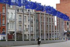 """<p>Флаги ЕС перед штаб-квартирой Еврокомиссии в Брюсселе 27 ноября 2009 года. Германия, Франция и Великобритания во вторник объявили о планах ввести банковские сборы, чтобы справиться с финансовым кризисом, не дожидаясь саммита """"Большой двадцатки"""", который состоится на этой неделе. REUTERS/Yves Herman</p>"""