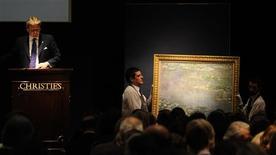 """<p>Una pareja de mozos traslada el cuadro """"Nenúfares"""" del pintor Claude Monet, tras no conseguir su venta durante una subasta de la casa Christie's en Londres, jun 23 2010. La venta de arte impresionista y moderno realizada el miércoles por la casa Christie's se convirtió en la mayor subasta que se ha hecho en Londres al alcanzar los 153 millones de libras esterlinas (227 millones de dólares), pero la suma total quedó debajo de lo esperado. REUTERS/Paul Hackett</p>"""