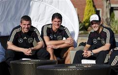 <p>Lukas Podolski (esq), Mario Gomez e Mesut Oezil (dir) da seleção alemã em hotel de Pretória. A Alemanha está ansiosa pelo jogo contra a Inglaterra no domingo, mas vai precisar melhorar bastante o seu jogo se busca continuar na Copa do Mundo. 20/06/2010 REUTERS/Markus Gilliar</p>