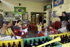 <p>Torcedores assistem a jogo do Brasil contra a Costa do Marfim em bar no Rio de Janeiro, no domingo: ONS vê consumo de energia menor na 6a-feira por partida contra Portugal. REUTERS/Sergio Moraes</p>