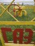 """<p>Вывеска """"Газ"""" на ограждении около вентеля газопровода в пригороде Минска 22 июня 2010 года. Российский Газпром восстановил в четверг подачу газа в Белоруссию и заплатил $228 миллионов за его транзит, однако стороны признали, что спор еще не решен, а Минск вновь пригрозил отбором газа, если не получит сполна за его прокачку в Европу.REUTERS/Vladimir Nikolsky</p>"""
