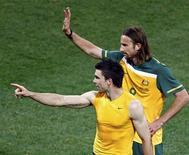 <p>Michael Beauchamp (esq) e Josh Kennedy da seleção australiana acenam aos fãs após vitória contra a Sérvia. O atacante australiano Josh Kennedy disse que o técnico holandês Pim Verbeek errou a tática na Copa do Mundo ao chegar em casa após a eliminação. 23/06/2010 REUTERS/Howard Burditt</p>