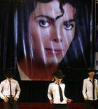 <p>Membros do fã clube de Michael Jackson em Hanói fazem apresentação em homenagem ao artista. Fãs no mundo todo acendem velas na sexta-feira para marcar o primeiro aniversário da morte do ídolo. 24/06/2010 REUTERS/Kham</p>