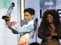 <p>Rock and pop star Prince accepts the Lifetime Achievement Award from presenter Chaka Khan at the 2010 BET Awards in Los Angeles June 27, 2010. REUTERS/Mario Anzuoni</p>