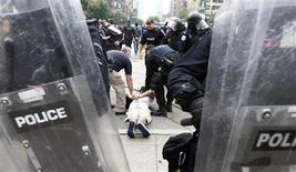 <p>Police arrest a protester during a G20 march in downtown Toronto June 27, 2010. REUTERS/Christinne Muschi</p>