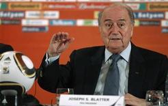 <p>Presidente da Fifa, Sepp Blatter, durante coletiva de imprensa em Johanesburgo. Blatter pediu desculpas na terça-feira pelos erros de arbitragem na Copa, e disse que a entidade voltará a discutir a tecnologia que avisa quando a bola entra no gol. 29/06/2010 REUTERS/FIFA/Handout</p>