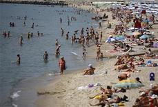 <p>Туристы отдыхают на побережье Черного Мора в курортном городе Варна, Болгария 25 июня 2008 года. Болгария, известная недорогим пляжным отдыхом и радушным отношением к россиянам, стала одним из самых популярных направлений для туристов РФ. REUTERS/Stoyan Nenov</p>