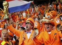 <p>Болельщики сборной Нидерландов болеют за свою команду во время матча против Камеруна, 24 июня 2010 года. Примерно 40 процентов голландских работников взяли выходной или будут работать не полный день, чтобы посмотреть четвертьфинальный матч своей команды против сборной Бразилии на чемпионате мира в ЮАР, сообщил банк ING в пятницу. REUTERS/Mike Hutchings</p>