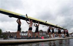<p>Rowers lift their scull from the river during the Henley Royal Regatta in Henley-on-Thames, west London July 2, 2010. REUTERS/Kieran Doherty</p>