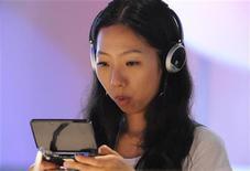 <p>Mulher experimenta o Nintendo 3DS. As vendas de jogos e equipamentos de videogame caíram 5 por cento nos Estados Unidos em maio, afirmou a NPD, empresa que acompanha o setor, nesta quinta-feira, pressionadas pela retração na demanda por consoles.15/06/2010.REUTERS/Gus Ruelas</p>