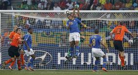 <p>Cabeçada de Felipe Melo, que marcou gol contra para a Alemanha: ponto forte antes da Copa, defesa da seleção sucumbiu a teste decisivo. REUTERS/Mike Hutchings</p>