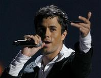 """<p>O cantor Enrique Iglesias se apresenta durante o """"Premios Juventud"""" de música latina em Coral Gables, na Flórida, Estados Unidos, em 2007. 19/07/2007 REUTERS/Hans Deryk</p>"""