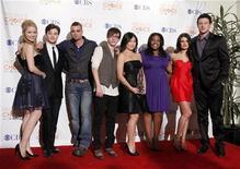 """<p>Актеры сериала """"Песня"""" после победы в номинации """"Лучшая телевизионная комедия"""" на People's Choice Awards в Лос-Анджелесе 6 января 2010 года. Комедийный музыкальный сериал """"Песня"""" (""""Glee"""") и драматический сериал """"Безумцы"""" (""""Mad Men"""") возглавили список номинантов на американскую телевизионную премию """"Эмми"""". REUTERS/Danny Moloshok</p>"""