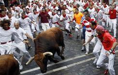 <p>Corredores participam nesta sexta-feira do terceiro dia da corrida de touros do Festival de San Fermín em Pamplona, na Espanha, um evento carregado de adrenalina, que dura uma semana. 09/07/2010 REUTERS/Susana Vera</p>