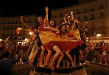 <p>Torcedores comemoram em Madri a conquista da Copa do Mundo pela Espanha: duas pessoas morreram no país durante as celebrações. REUTERS/Andrea Comas</p>