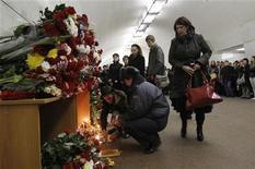 """<p>Люди кладут цветы на станции метро """"Лубянка"""", где был совершен террористический акт, 31 марта 2010 года. Французская полиция арестовала трех чеченцев, подозреваемых в подготовке терактов на территории России, сообщил в пятницу представитель французской прокуратуры. REUTERS/Denis Sinyakov</p>"""