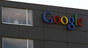 <p>Foto de archivo del logo de la compañía Google en su edificio de Zúrich, Suiza, mao 25 2010. Los analistas alertaron el viernes sobre el agresivo gasto de Google y un ajuste en la plantilla que llevó a que el gigante de las búsquedas en internet incumpliera con las estimaciones de ganancias por primera vez en dos años. REUTERS/Arnd Wiegmann</p>