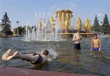 <p>Мальчики купаются в фонтане Дружбы народов на ВВЦ 16 июля 2010 года. Текущая неделя в Москве не принесет жителям столице долгожданной прохлады - синоптики ожидают, что в раскаленном городе по-прежнему будет аномально жарко и ясно. REUTERS/Denis Sinyakov</p>