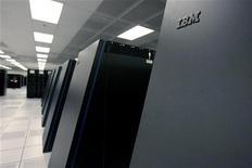 <p>IBM a enregistré un chiffre d'affaires du deuxième trimestre inférieur aux attentes de Wall Street, la faiblesse de l'euro ayant pesé sur les ventes à l'international du géant informatique, qui a toutefois dégagé un bénéfice net meilleur que prévu. /Photo d'archives/REUTERS</p>