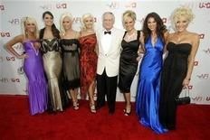 """<p>Foto de archivo de Hugh Hefner (al centro en la imagen) junto a las modelos de la revista Playboy, las Playmates, en Hollywood, jun 8 2006. La compañía Playboy lanzó el martes un sitio de internet sin desnudos, que describió como """"seguro"""" para el trabajo y un """"antídoto satírico a la pesada carga de la jornada laboral"""". REUTERS/Fred Prouser</p>"""