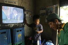 """<p>Foto de archivo del presidente de Bolivia, Evo Morales (en la imagen de televisión) en Villa 14 en la localidad de Tunari, ene 24 2009. Bolivia se sumó el martes a la mayoría de países sudamericanos que eligió el estándar japonés-brasileño de televisión digital y fijó un plazo de hasta 10 años para el """"apagón"""" definitivo de los actuales servicios analógicos. REUTERS/David Mercado (BOLIVIA)</p>"""