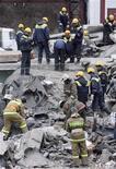 <p>Спасатели разбирают завалы взорвавшейся шахты компании Распадская в Междуреченске, 11 мая 2010 года. 9 мая 2010 года произошел взрыв метана на шахте компании Распадская в Междуреченске, унесший по меньшей мере 66 жизней. REUTERS/Stringer</p>