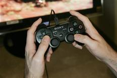 <p>A journalist plays a new Sony Computer Entertainment America video game in San Francisco, California, October 19, 2006. REUTERS/Kimberly White</p>