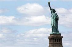 <p>Статуя Свободы в Нью-Йорке, 17 июня 2010 года. Соединенные Штаты извинились в четверг перед Россией за несвоевременное сообщение об аресте российского гражданина, сославшись на ошибку при работе с факсом. REUTERS/Shannon Stapleton</p>