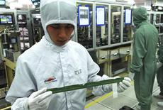 <p>Pesquisadores da LG Display trabalham na linha de produção dos produtos de LCD na principal fábrica da companhia em Paju, norte de Seul. Foto divulgada em 22 de junho de 2010. REUTERS/LG Display/Divulgação</p>