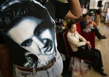 <p>A spectator wears a T-shirt displaying a portrait of Elvis Presley during a concert at Bangkok's Chalermkrung theatre January 18, 2009 to mark the late Presley's birthday which was on January 8. REUTERS/Chaiwat Subprasom</p>