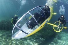 """<p>Spécialiste des engins sans moteurs, Stéphane Rousson a présenté mercredi sur la Côte d'Azur sa dernière création: un sous-marin à pédales, baptisé """"le Scubster"""" et actionné à la force des mollets. /Photo prise le 28 juillet 2010/REUTERS/Terence Dewaele/HO</p>"""