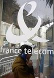 <p>France Télécom a confirmé jeudi le niveau de son dividende jusqu'en 2012, souhaitant ainsi s'engager auprès des actionnaires alors que ses ventes et sa marge ont reculé au deuxième trimestre sous l'effet de pressions réglementaires et d'une concurrence accrue. /Photo d'archives/REUTERS/Eric Gaillard</p>