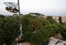 <p>Clients of a Guatemalan rum distiller begin their descent after being suspended 50 metres for a dinner over Villa Borghese in Rome June 27, 2008.REUTERS/Chris Helgren</p>