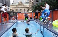 <p>Des centaines de New-Yorkais ont pu se baigner samedi dans trois bennes à ordures transformées en piscines le long de Park Avenue, dans le cadre du programme Summer Streets (Rues d'été), au cours duquel des artères passantes sont fermées au trafic automobile les samedis du mois d'août. /Photo prise le 7 août 2010/REUTERS/Shannon Stapleton</p>
