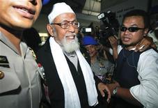 <p>Полиция эскортирует индонезийского муллу Абу Бакара Башира в Джакарте 9 августа 2010 года. Индонезийская полиция задержала в понедельник на острове Ява радикального мусульманского священника Абу Бакара Башира по подозрению в связях с исламистской группой, которая организовывала тренировочные лагеря боевиков, сообщили власти. REUTERS/Stringer</p>