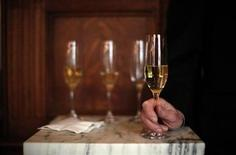 <p>A guest drinks champagne in New York February 12, 2009. REUTERS/Eric Thayer</p>
