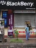<p>Un vendedor camina frente a una tienda de la compañía de telefonía móvil BlackBerry en Calcuta, India, ago 12 2010. Los populares servicios de correo electrónico y mensajes de BlackBerry, de RIM, serán dados de baja en India si la firma canadiense no cumple con las demandas de seguridad antes del 31 de agosto, dijo el jueves una fuente de alto rango del Gobierno. REUTERS/Rupak De Chowdhuri</p>