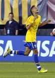 """<p>O atacante Neymar comemora gol contra a seleção dos EUA durante amistoso no estádio de New Meadowlands, New Jersey, 10 de agosto de 2010. O técnico da seleção brasileira, Mano Menezes, disse nesta segunda-feira (16) que seria """"benéfico"""" para o futebol do país se o atacante Neymar continuasse no Santos. REUTERS/Ray Stubblebine</p>"""