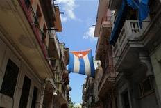 <p>Foto de archivo de una bandera cubana colgada en medio de una calle de La Habana, jul 29 2010. El American Ballet Theater (ABT) de Nueva York desembarcará en noviembre en Cuba luego de un paréntesis de 50 años, en la primera iniciativa de la diplomacia del tutú para suavizar las relaciones entre los enemigos de la Guerra Fría. REUTERS/Desmond Boylan</p>