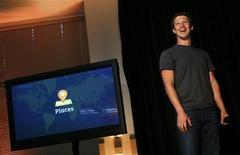 """<p>Mark Zuckerberg, fondateur de Facebook, dévoile son nouveau service baptisé """"Places"""" lors d'une conférence de presse au siège de la société, à Palo Alto en Californie. Le réseau social a lancé mercredi aux Etats-Unis ce service de géolocalisation, qui permet aux utilisateurs de signaler leur présence dans un lieu précis et de vérifier où se trouvent leurs amis à travers le pays. /Photo prise le 18 août 2010/REUTERS/Robert Galbraith</p>"""